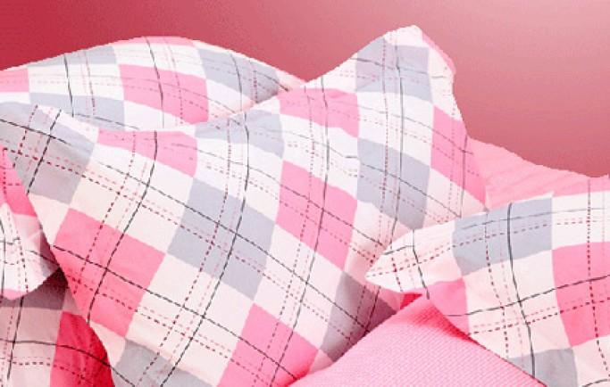 Tham khảo những phụ kiện giường ngủ họa tiết kẻ ca rô hồng tặng bé gái và chị em